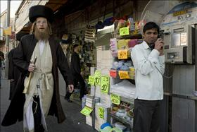 Haredim forcing market owners  to close their shops at the Machaneh Yehuda market before Shabbat. 12.12.2009. Photo: Matanya Flash 90