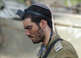 IDF soldier wearing tefilin, source: Wikipedia