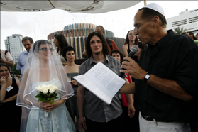 Russian immigrants marry an informal marriage ceremony on Valentine's Dayon Dizengoff Square. The bride is not recognized in Israel as a Jew, so the couple can not marry in Israel officially. 04.08.2009. Photography: Miriam Alster, Flash 90